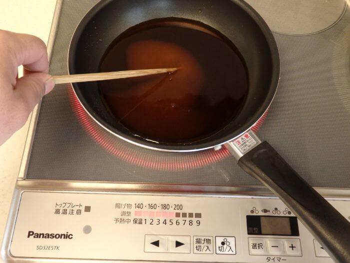 アジのみりん干しに使うつけ汁を作っている写真