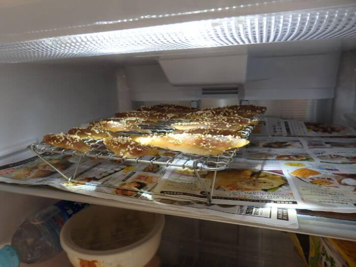 アジを並べたアミを乾燥させるため冷蔵庫に入れた写真