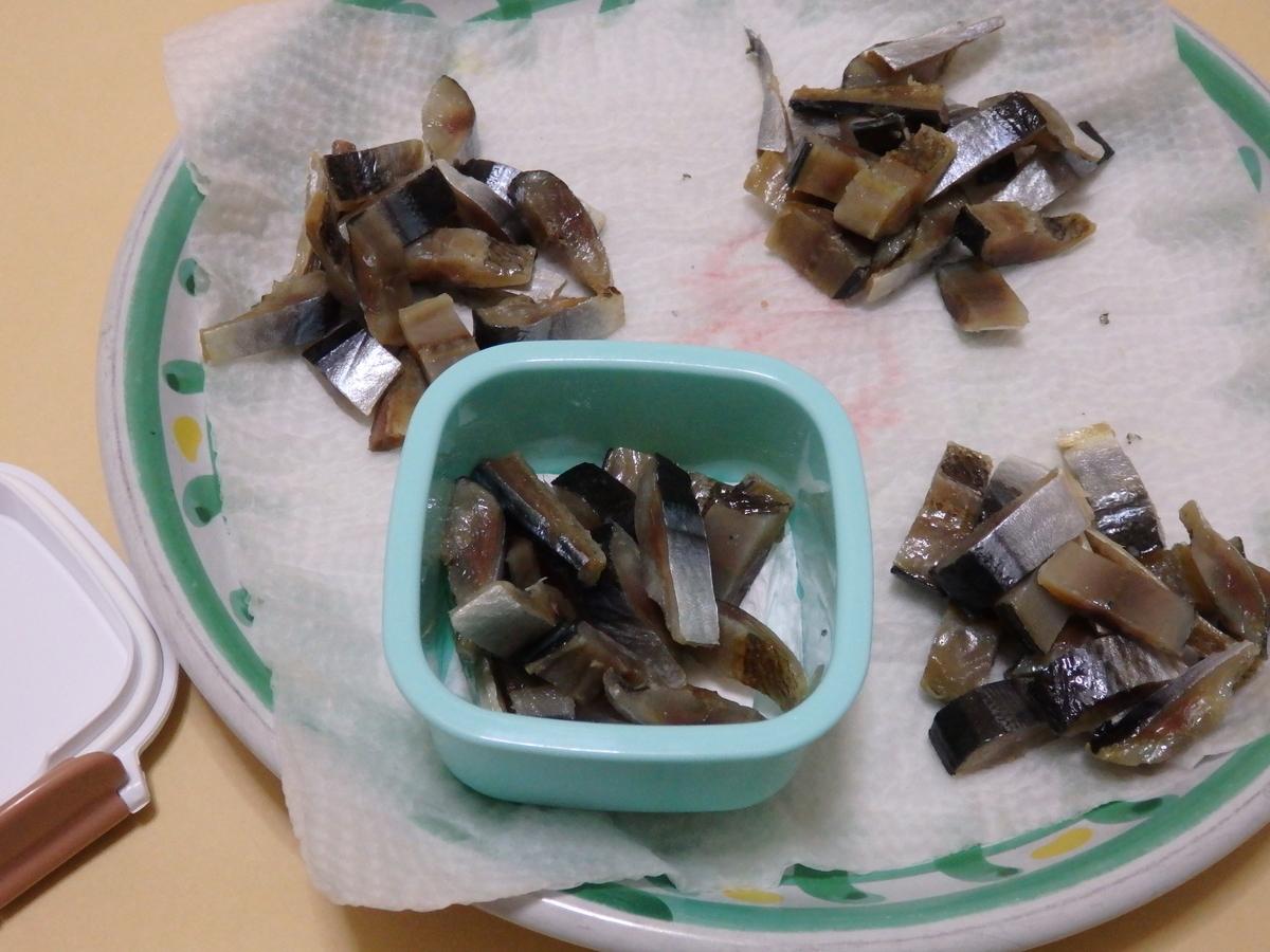 カサゴ釣りのエサにするサンマの干物を4等分に分けた写真