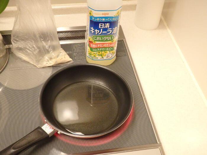 アブシンを揚げるためにフライパンに油を入れた写真