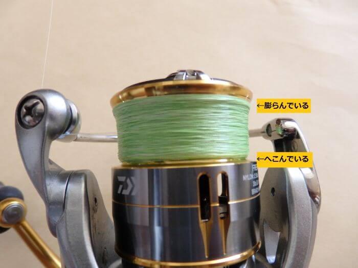 糸が偏って巻かれたリールの写真