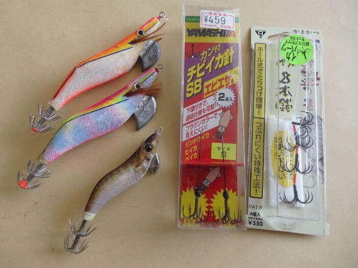 イカ釣りで使う道具を集めた写真