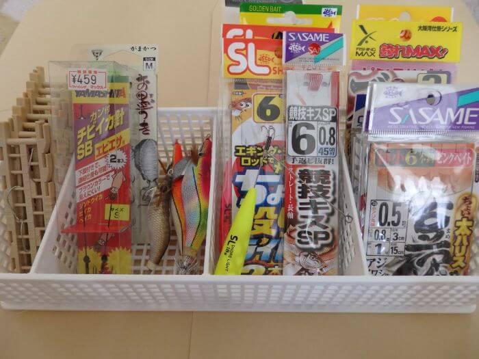 整理するために仕切りボックスに仕掛けなどの小物類を入れた写真