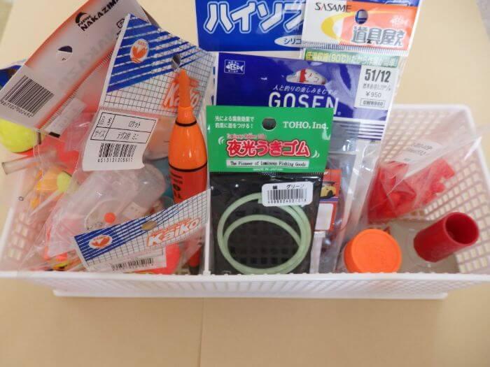 整理するために仕切りボックスにウキなどの小物類を入れた写真