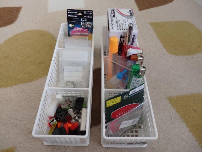 整理するために仕切りボックスに電池などの小物類を入れた写真