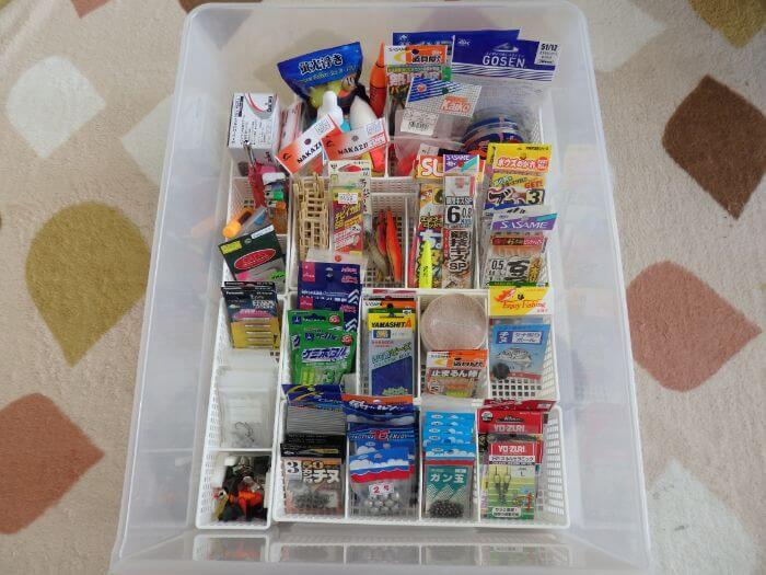仕切りボックスを使い衣装ケースにきれいに収納された釣り道具(小物類)の写真