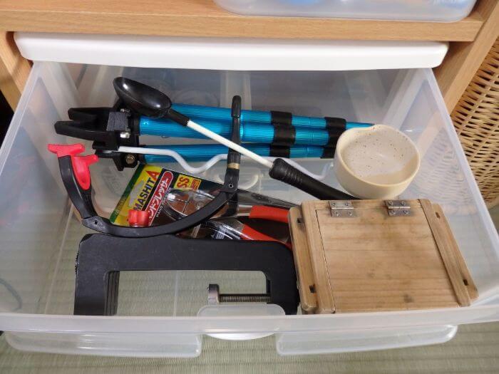 少し大きめの釣り道具を収納ケースに入れている写真