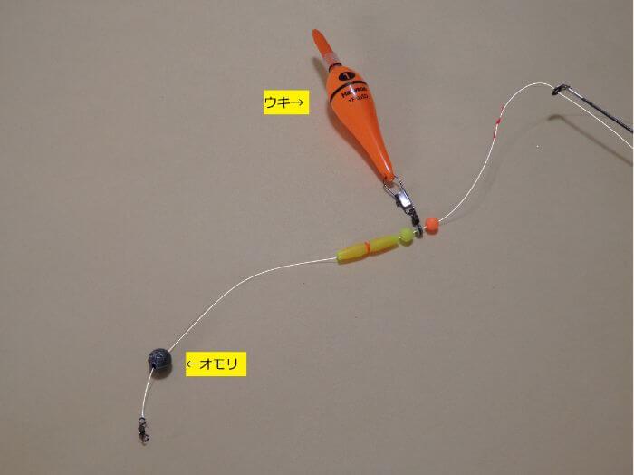 遊動式ウキ仕掛けを作るために、サルカンを道糸に結んだ写真