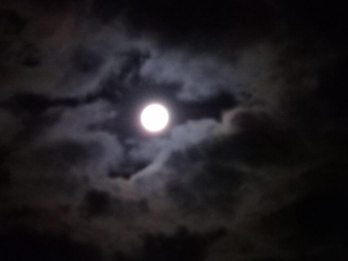 釣りが終わって帰るときに雲の間から見えた月の写真