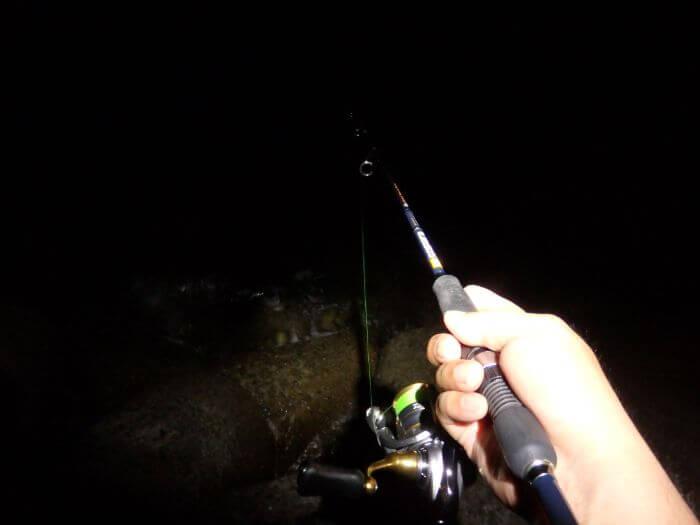 糸を張って釣竿に当たりがくるのを待っている写真