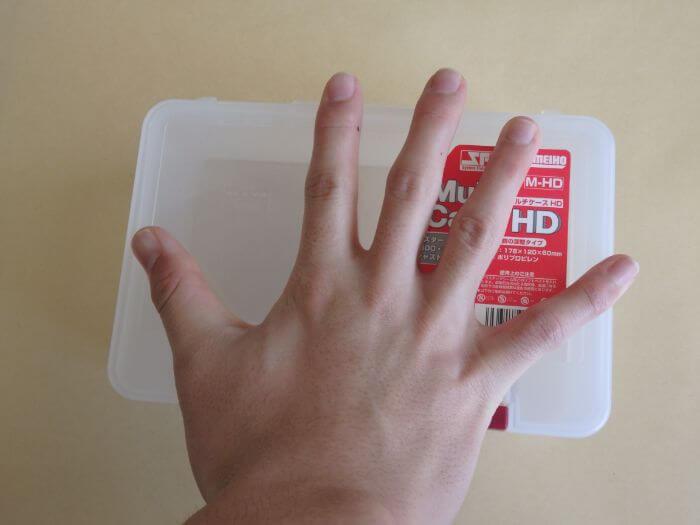 マルチケースHDと手の大きさを比べている写真