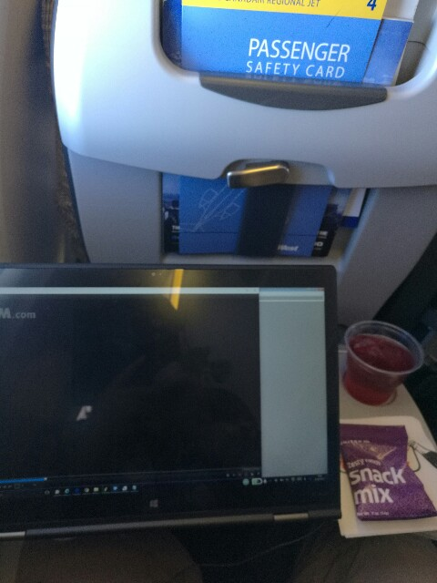 X1 Yoga狭い飛行機のテーブルでスタンドモード