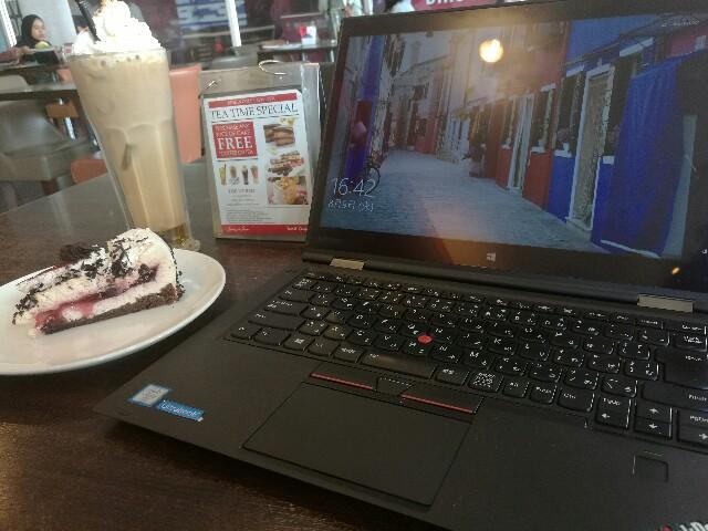 X1 Yogaとマレーシアのカフェ