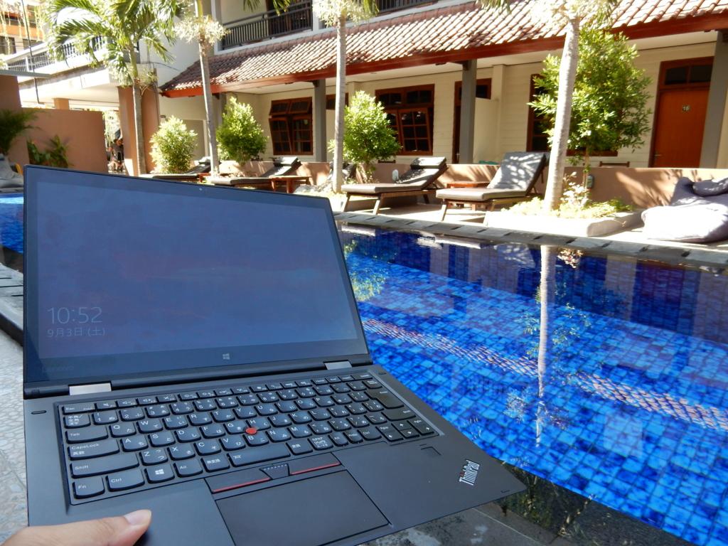 X1 Yogaとバリのホテルのプール