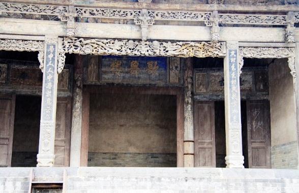 後土廟内の3基の舞台は「品」字形のレイアウトで、全国の古代舞台構