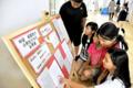 中国・咸陽市の小学生が書いた手紙を読む児童たち(宇治市広野町・大