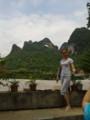 [桂林] 月亮山 穴の開いてる山です。ポーズをとってる女性は同じツアーの人