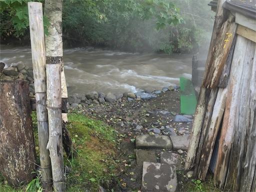 からまつの湯入り口を入ってみたら、川が大増水!