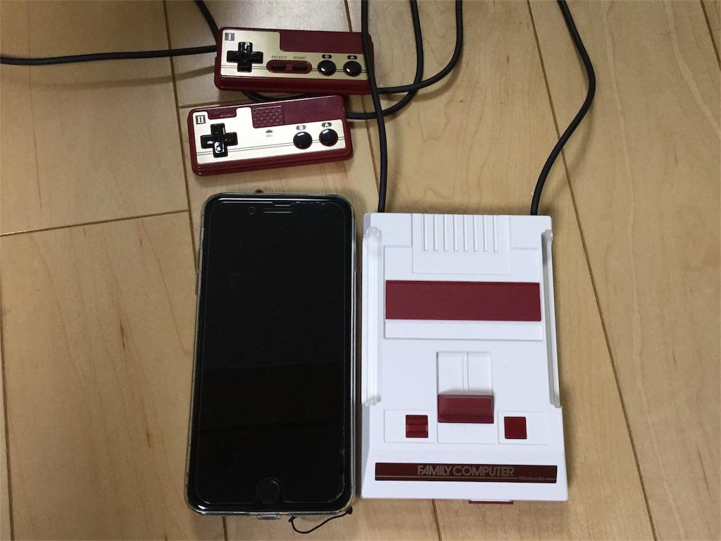 ミニファミコンとiPhone7Plusジェットブラックの2ショット写真