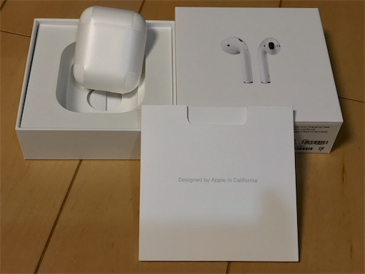 Airpodsの箱を開封しました。中には小さな可愛いケースが入っています。