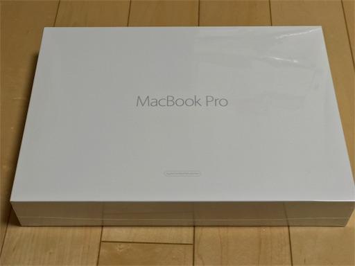 MacBookPro整備済製品を開けます。ちょっと簡易な箱ですね。