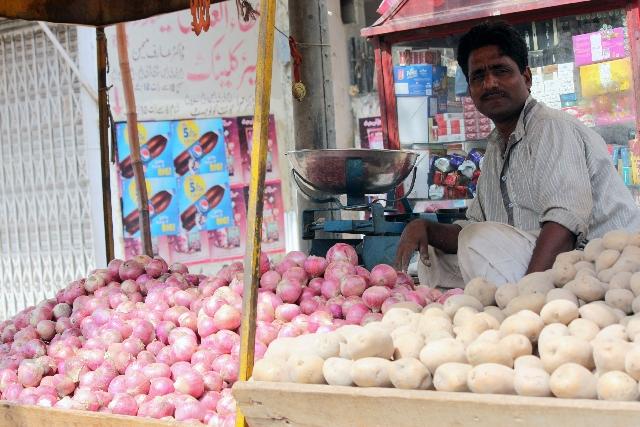 屋台で野菜を売る人