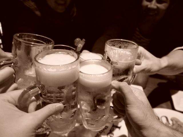 生ビールで乾杯をしている写真