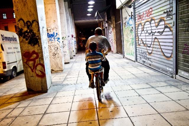 親子の自転車二人乗り