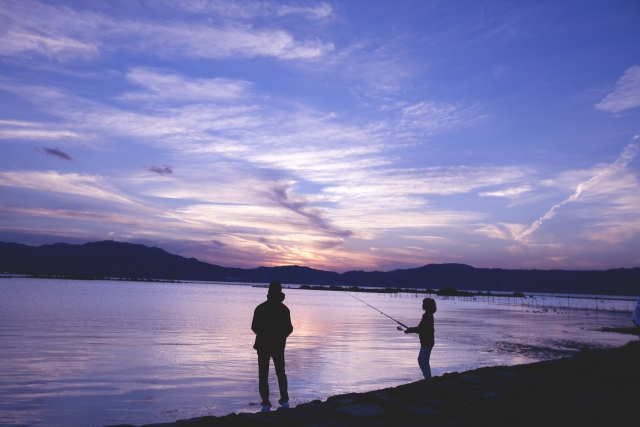 親子で釣りをしている写真