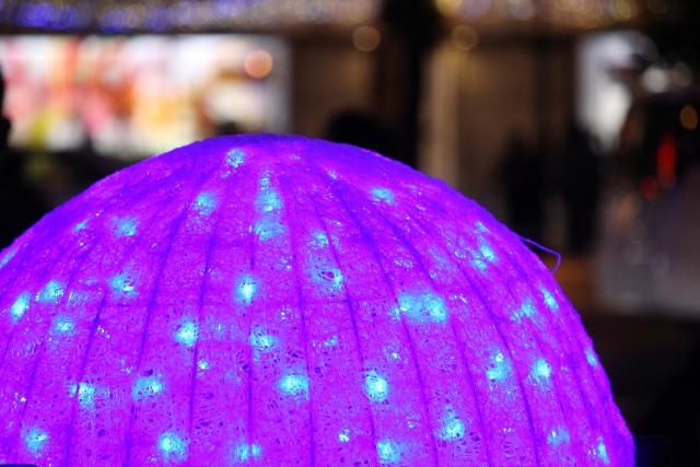 紫に輝くランプシェードの写真