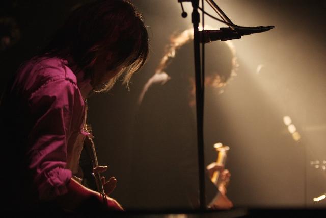 ステージ上で演奏するバンドメンバーの写真