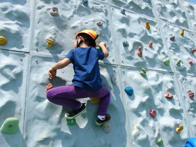 ボルダリングをする子供の写真