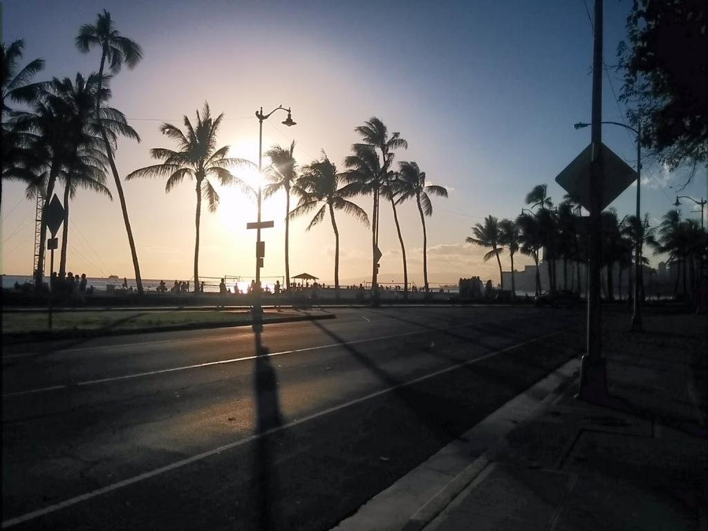ワイキキビーチの夕日の写真
