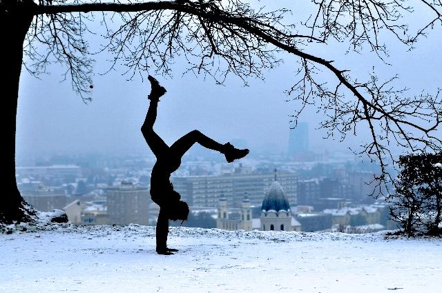 寒い中、外で倒立をしている人の写真