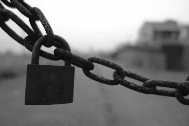 錆びたチェーンについた鍵の写真