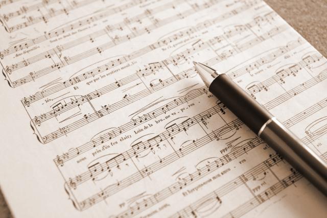 楽譜の上に置かれたボールペンの写真