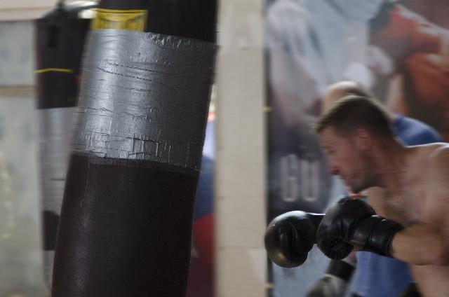 激しい練習をするボクサーの画像