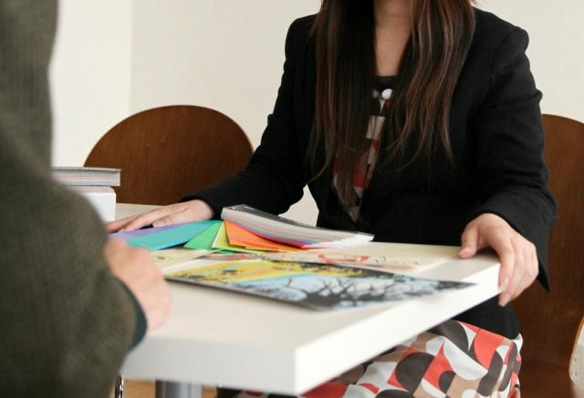 打ち合わせをしている女性カラーコーディネーターの画像
