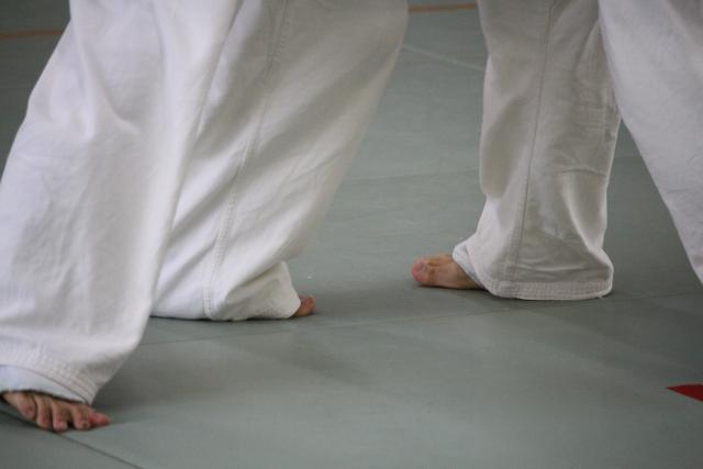 道場の畳の上で向き合う二人の足の写真