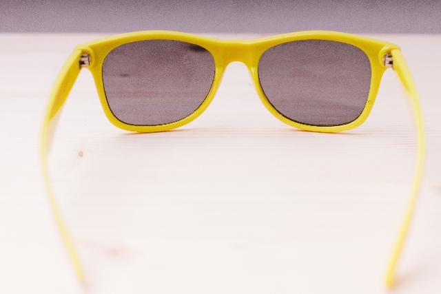 黄色いサングラスの写真