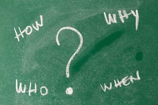 黒板に書かれた英語の疑問詞