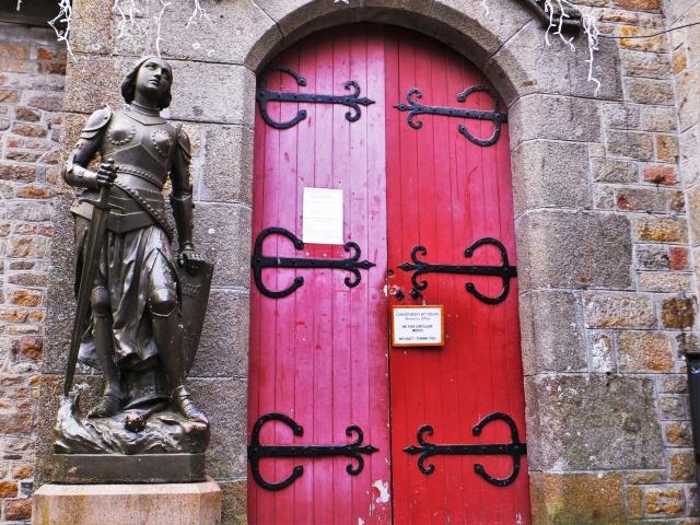 赤い扉があるヨーロッパの石造りの家の画像