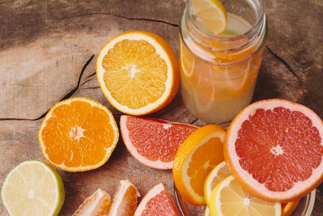 カットした柑橘類の画像