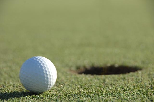 グリーンに乗ったゴルフボールの写真