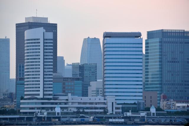 遠くから撮影したオフィス街の写真