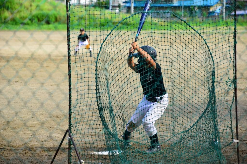 野球の練習をしている少年の写真