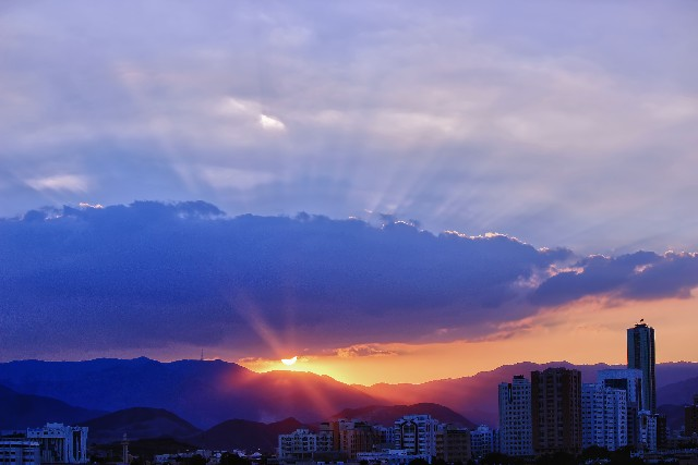 朝日が登るホノルル市内の写真