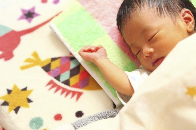 すやすや眠る赤ん坊の写真