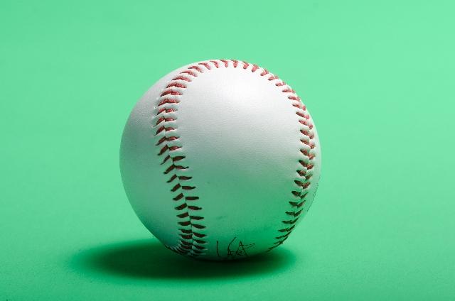 野球の公式ボールの写真