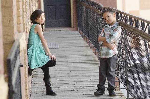 外国人の男の子と女の子の写真